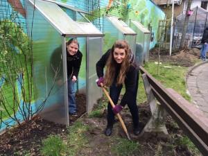 NL Doet 2014 Regenboog gardening Roxanne en ik